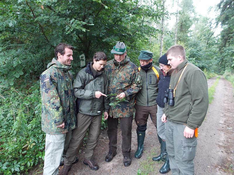 Sascha Klären mit Schülern im Wald auf Rügen